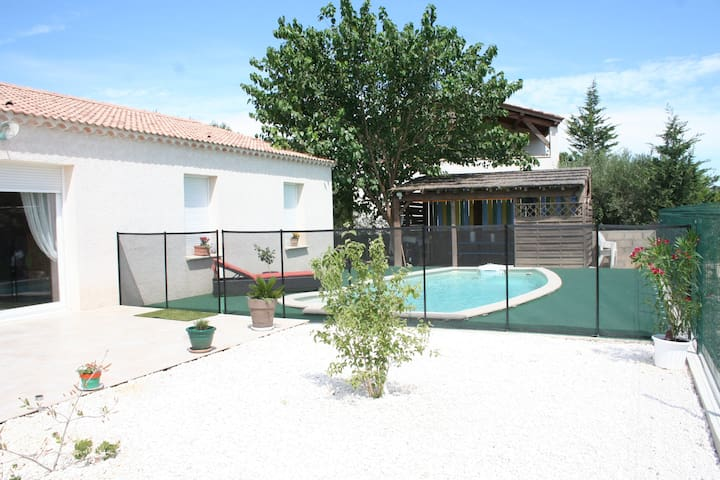 Maison  tout confort avec piscine - Aigues-Vives - Hus