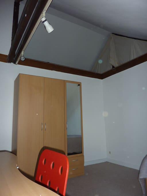 Chambre en mezzanine au dernier étage d'une maison particulière
