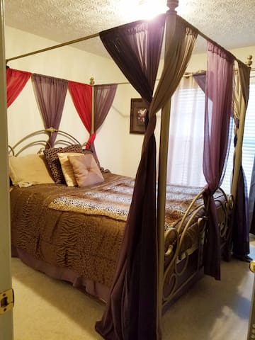 Cozy Private Bedroom & Bathroom with GREAT hosts! - Lilburn - Casa