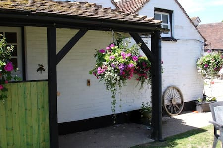 CHARACTER COTTAGE ON A FARM - Lyndhurst