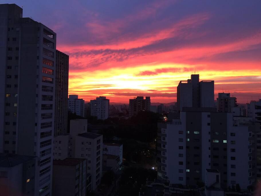 O céu totalmente rosa sobre os prédios