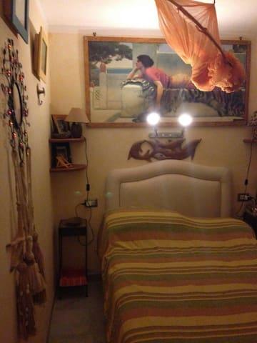 Camera privata con bagno privato e finestra