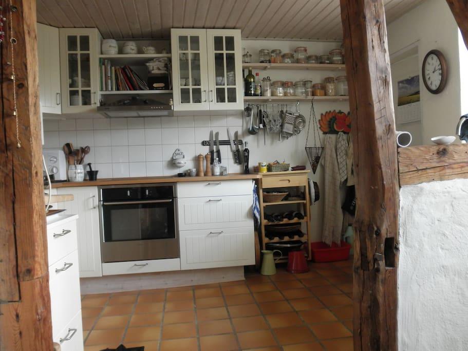 Køkkenet med ovn/micro og opvaskemaskine (dog kun en lille) - set fra spisestue