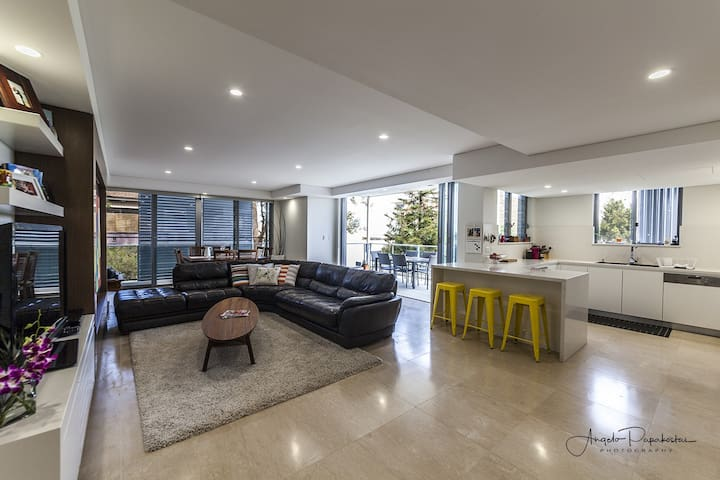 Modern 3 bedroom beach side perfection! - Coogee - Appartement