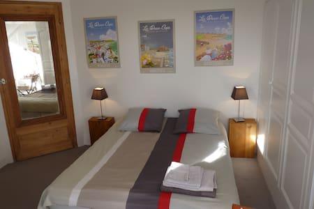 Private & quiet room overlooking garden - Boulogne-sur-Mer - Haus