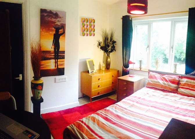 Bright, colourful double room Nr market harborough - Great Oxendon - Huis