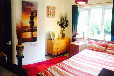 Bright, dble room Nr Market harboro. Professionals