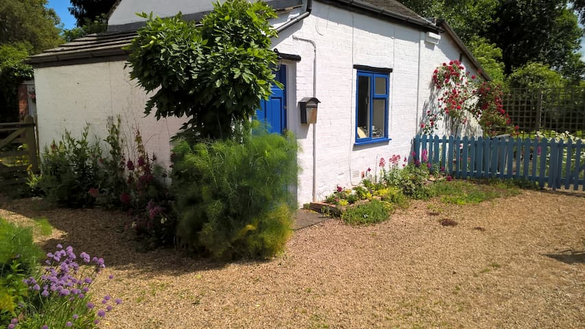 Self-catering country cottage bedsit