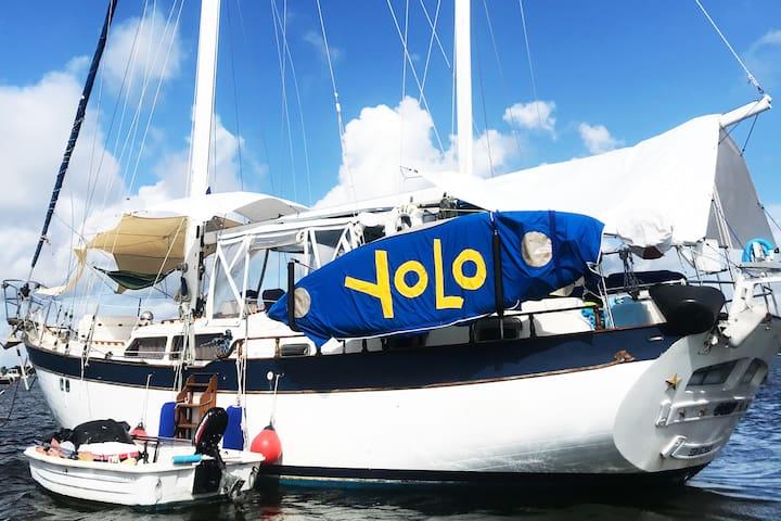 Sailboat YOLO - Captain's Cabin