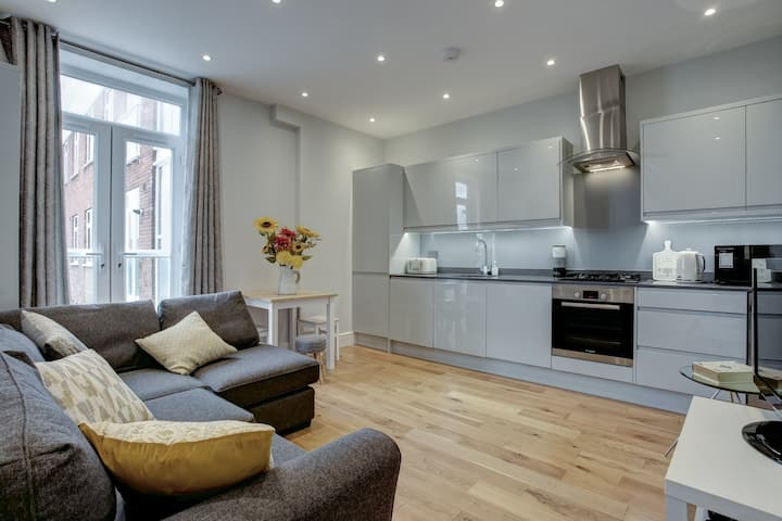 Ideal for contractors discounted longer stays  Apartment Near Rail Station & Access to City Views