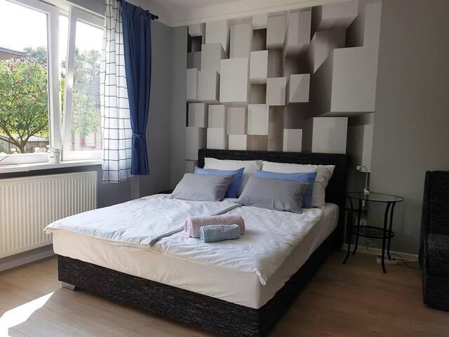 Superior queen size bed (memory foam mattress), anti-allergenic pillows, and cotton linen (eco-washed) for restful sleep.  Veliki bračni krevet (dušek od memorijske pjene), anti-alergenski jastuci i pamučna posteljinom (eko-pranje) za odmoran san.