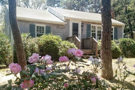 Sunny Chatham Cottage - nr beach! - South Chatham - Casa