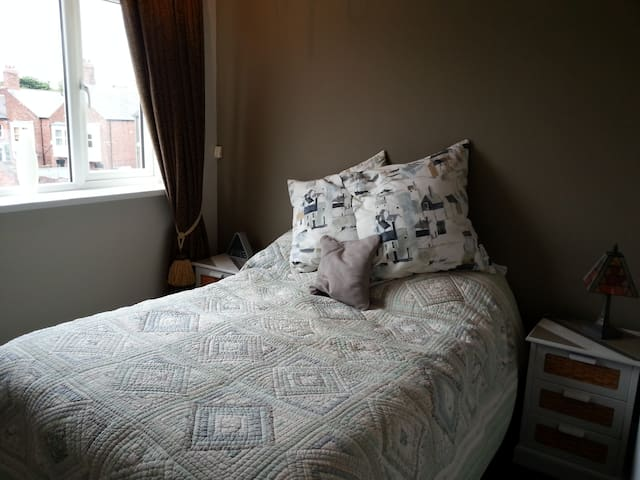 Refurbished room with double bed. - Sunderland - Huis