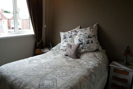 Refurbished room with double bed. - Sunderland - Rumah