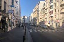 L'immeuble est à gauche après le feu rouge