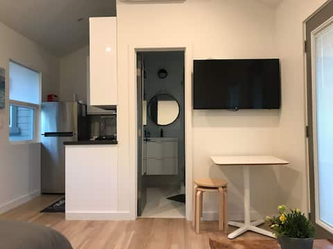 A travelers cozy studio in downtown Glendale