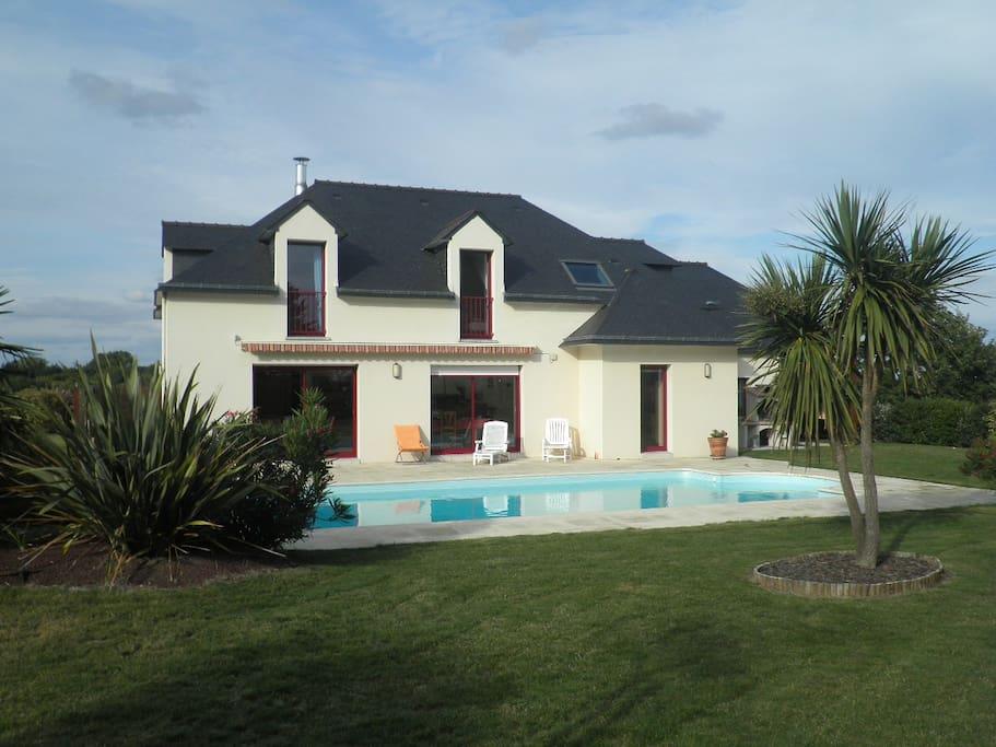 Villa avec piscine chauff e et abri maisons louer for Villa piscine france