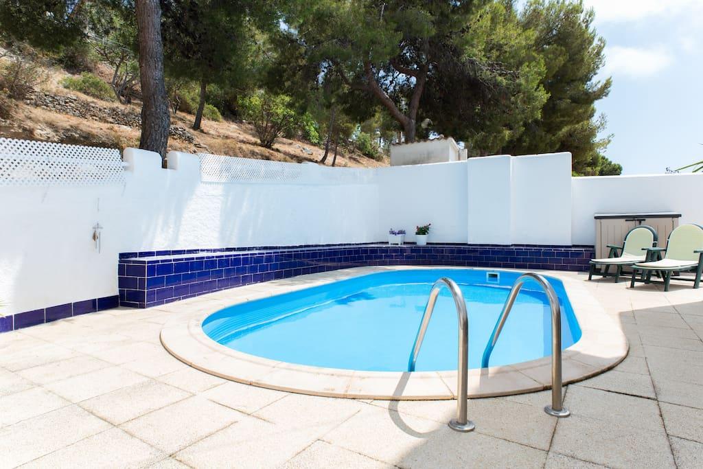 En sitges zona tranquila con piscina privada casas de for Alquiler de casas con piscina privada