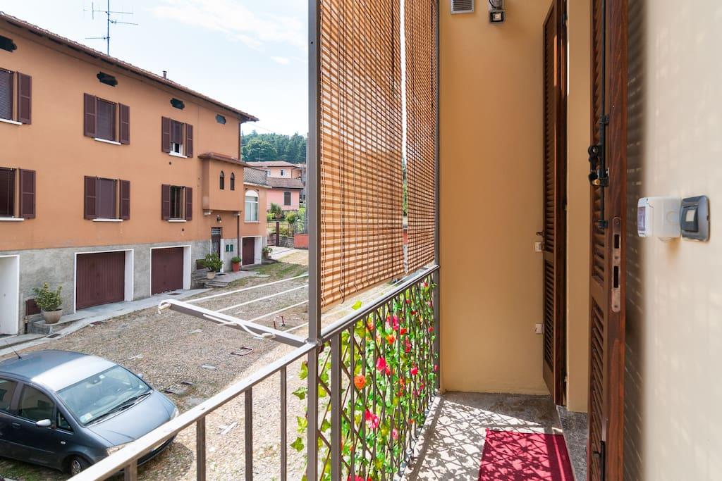 La Corte che ospita l'appartamento è ampia, soleggiata e tranquilla, si può godere di privacy e relax nell'appartamento.