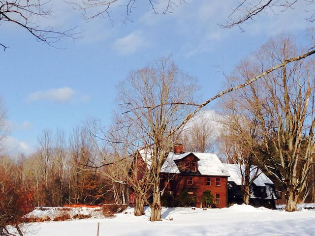 GILE ROAD-Secluded 1804 Farm House - Franklin - House