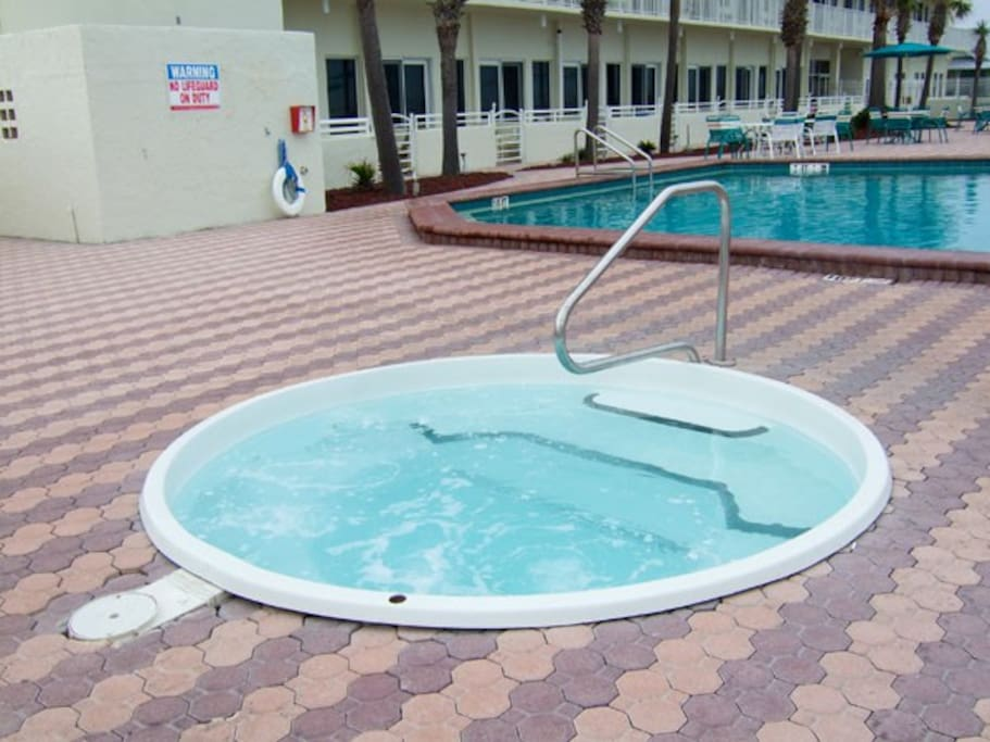 Jacuzzi on the pool deck, direct ocean front.