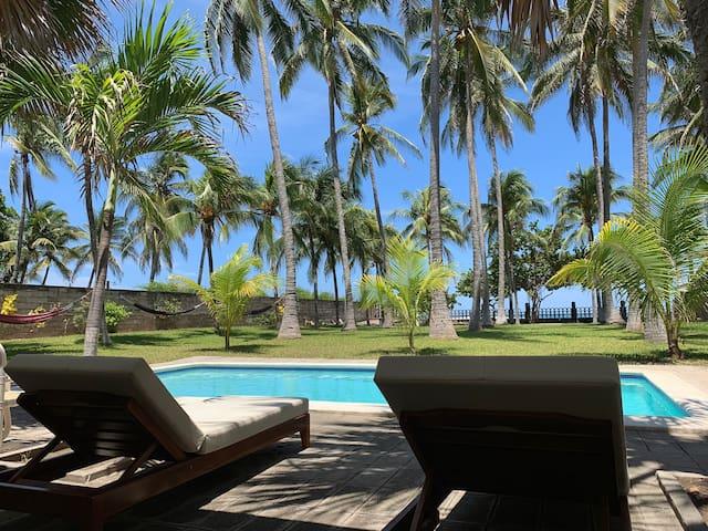 Terreno amplio, casa cómoda, la vida es playa...