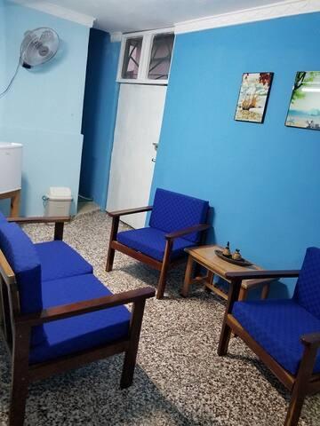 Salón interior donde podrás disfrutar tanto de la terraza como de una gran mesa para tomar tanto el desayuno como la cena.