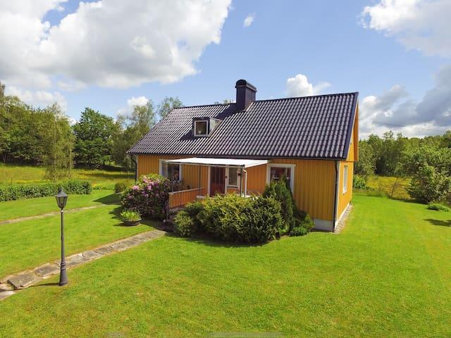 Rymligt hus på liten lantgård.