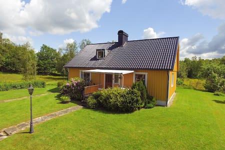 Rymligt hus på liten lantgård. - Torup
