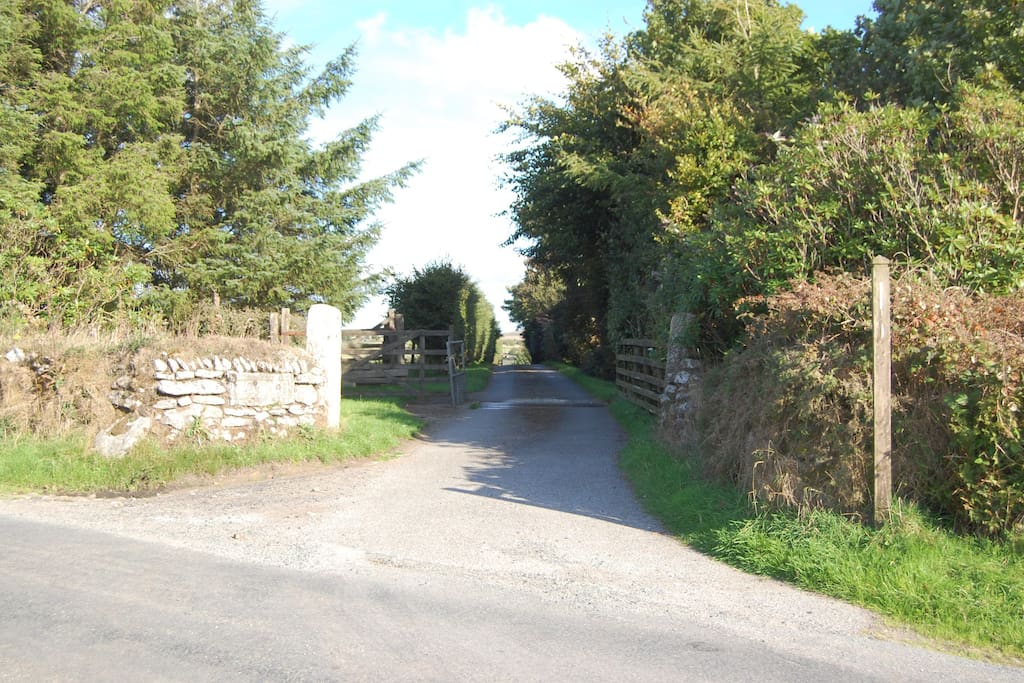 The entrance of Palmer's Farm from the main road leading to Candra