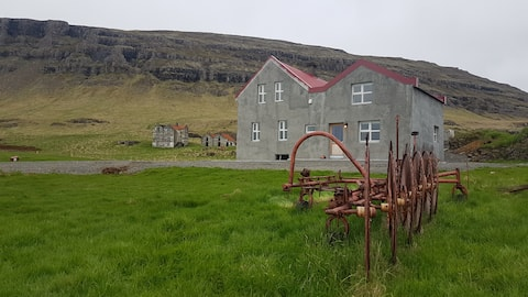 Neðribær apartments. 28km from the Glacier Lagoon