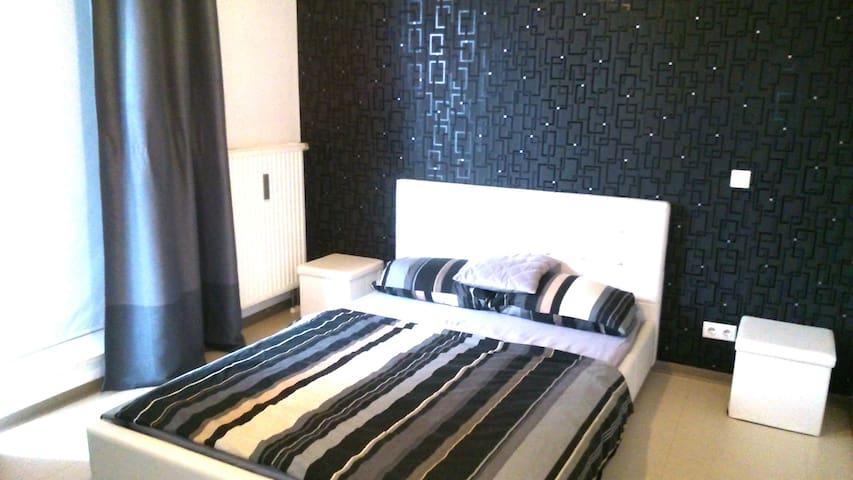 Schlafzimmer mit Bodentiefen Fenstern. Zugang zur Aussenterasse