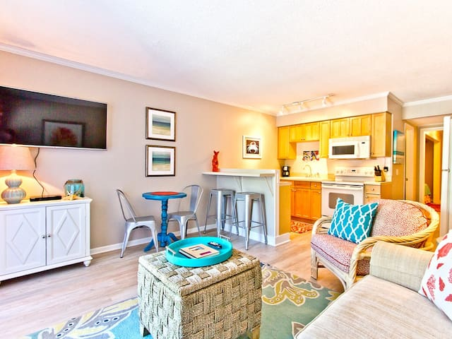 Professionally Decorated with King Bed and In-Unit Washer/Dryer, Steps to Beach and Pool! - Beach Racquet A126