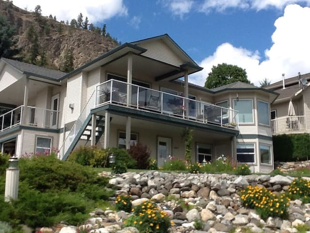 Lake View Suite -One bed sleeps 4 - WINTER PRICES