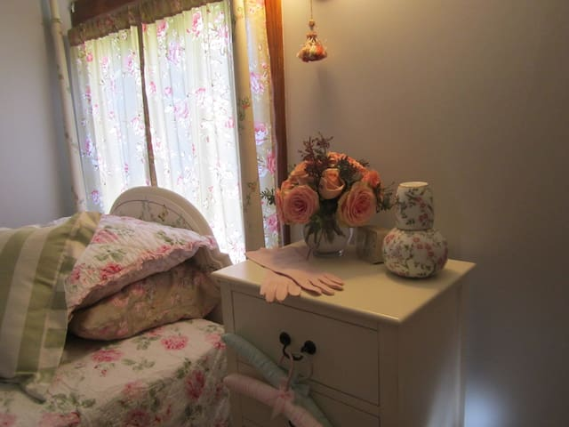Shabby chic 4 post twin bedroom - Springfield - House