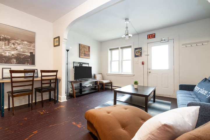 Downtown Byward Market, Sleeps 6, With Parking!