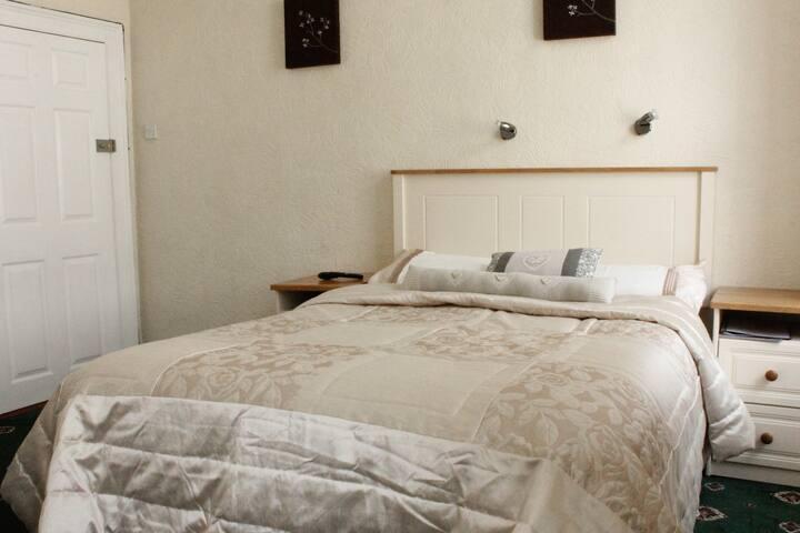 Double room with en Suite. (5) 1st floor.