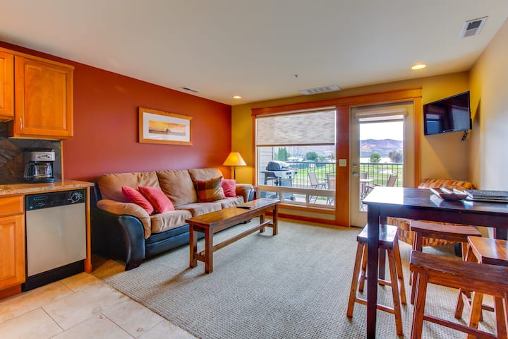 Cozy and inviting condo with balcony & shared pool, right near town & lake!