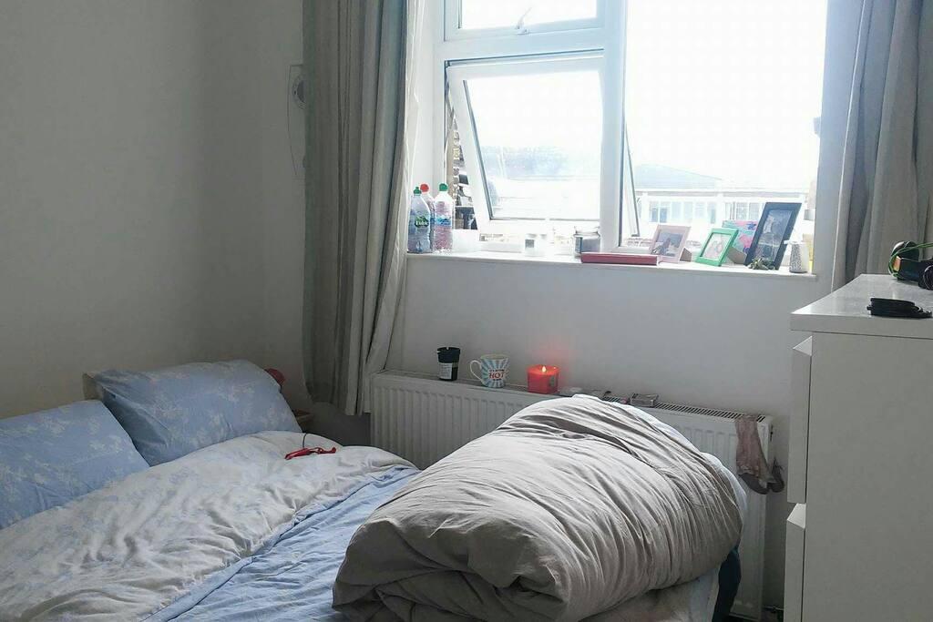 Το υπνοδωμάτιο με υπέρδιπλο κρεβάτι και παράθυρο με θέα το ALEXANDRA PALAS!
