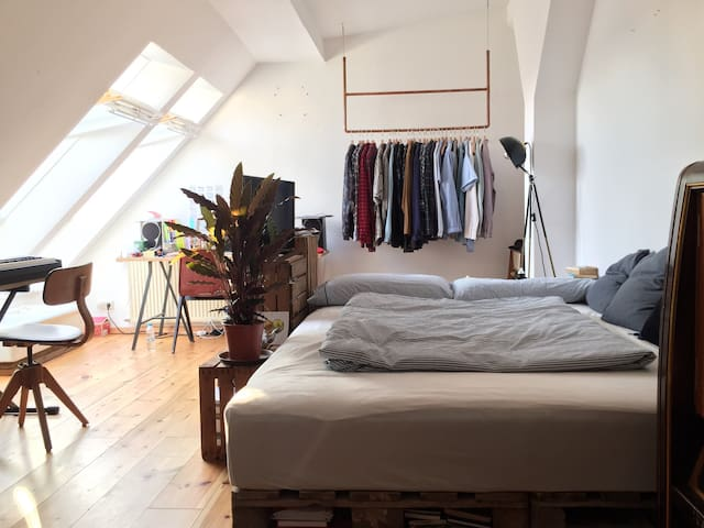 Big double room in rooftop apartment in Neukölln