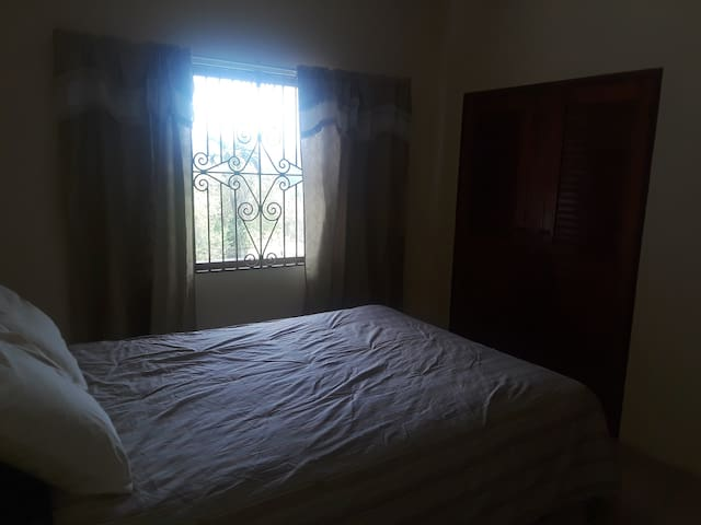 Private Room/ Wifi/ Free parking/Shared bathroom