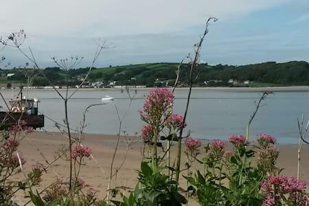 Ferryside getaway - estuary views. Dog friendly.