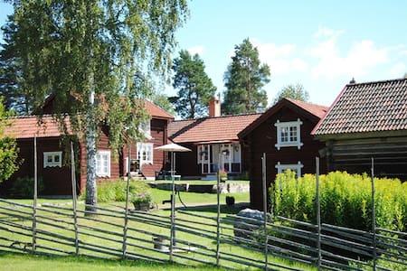 En genuin, pittoresk liten kringbyggd dalagård - Leksand