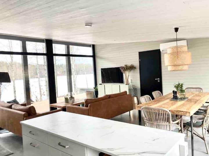 Villa Eloranta - uusi hirsihuvila järven rannalla