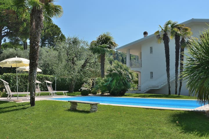 11 Sleeps Villa With Pool And Garden in Bardolino - Bardolino - Villa