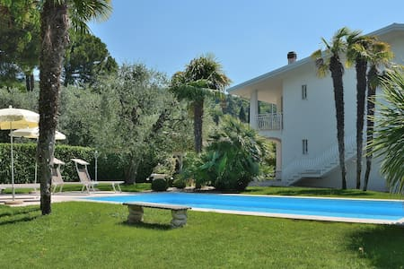 11 Sleeps Villa With Pool And Garden in Bardolino - Bardolino - วิลล่า