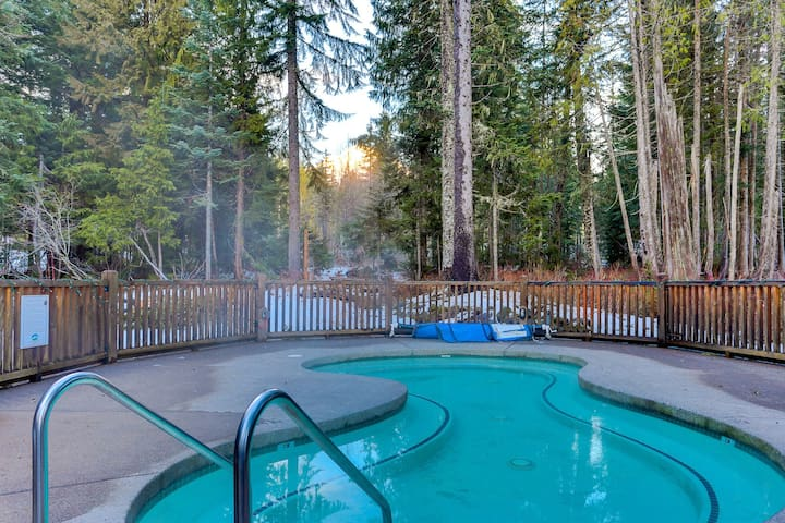 Modern, dog-friendly townhome w/ Ping-Pong & shared hot tub/pool - near skiing!