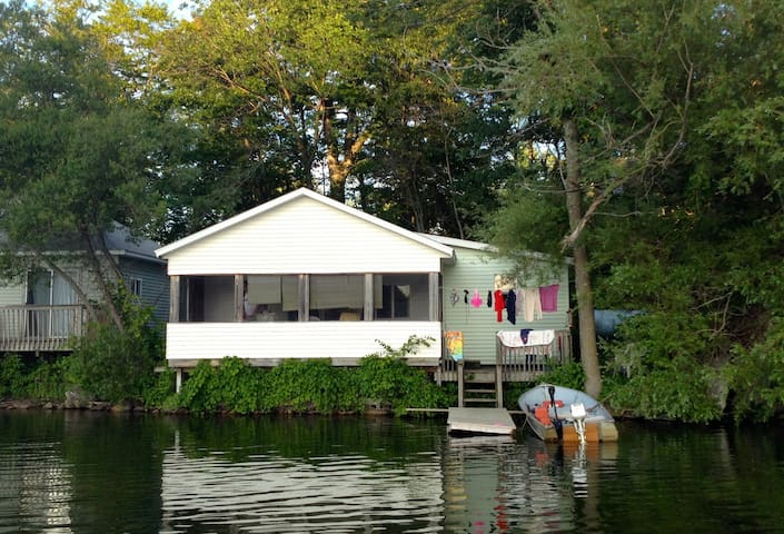 Lake Cottage,  Right on the Water! - Delton - Houten huisje