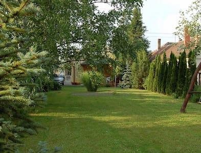 Önálló házikó, nagy zöld kerttel - Balatonboglár