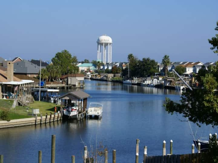 Slidell LA~Waterfront Condo 20 Mins to New Orleans